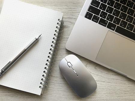 パソコンとマウスとノート