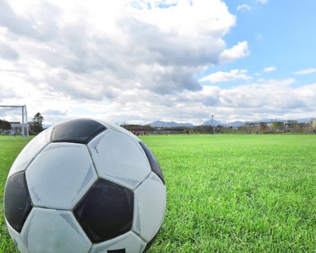 サッカーボールと青空
