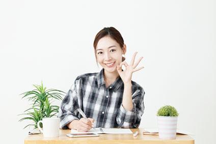 OKマークを作っている若い女性