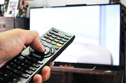テレビのスイッチを入れる人