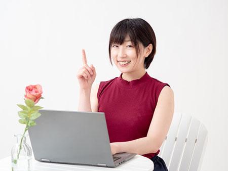 パソコンを操作し、ポイントを伝える女性