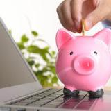 パソコンと豚の貯金箱