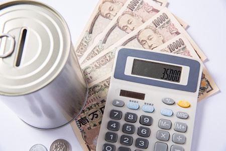 電卓と貯金箱と1万円札