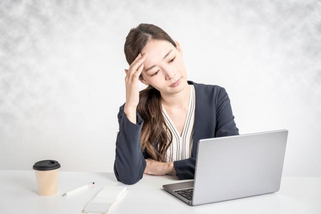 パソコンを前に頭を抱える女性